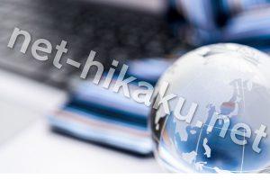 パソコンとガラスの地球儀