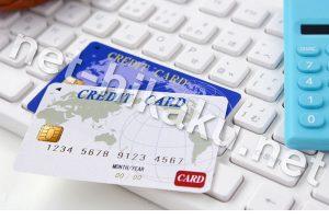 クレジットカードと電卓とキーボード