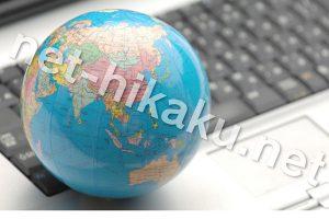地球儀と黒のキーボード