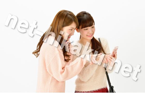 スマホを見る二人の女性