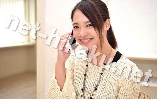 電話する笑顔の女性